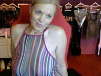 De lekker ondeugende sexy milf Amie wil hete sex met je delen!