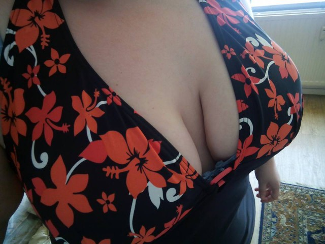 Webcam model bigboobies27 from XCams